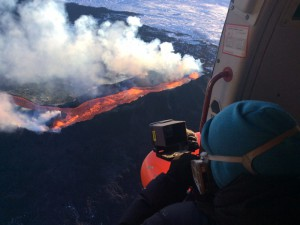 holuhraun-eruption-researcher-collects-gas-samples-800x600